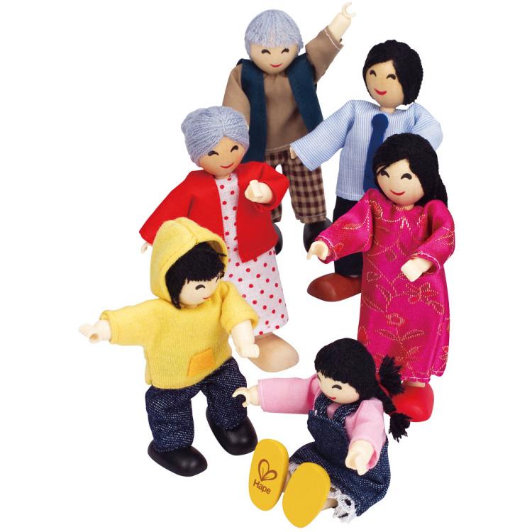 Vrolijke houten poppenfamilie uit Azië