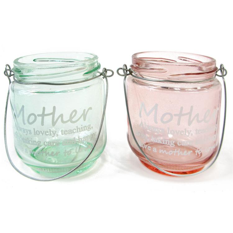 """Glazen vaasje met een metalen handvat. op het vaasje staat de tekst """"mother always lovely, teaching, ..."""
